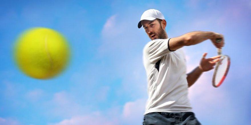 Tennisspelare slår forehand