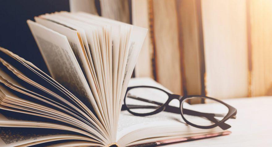 Läsglasögon i bok